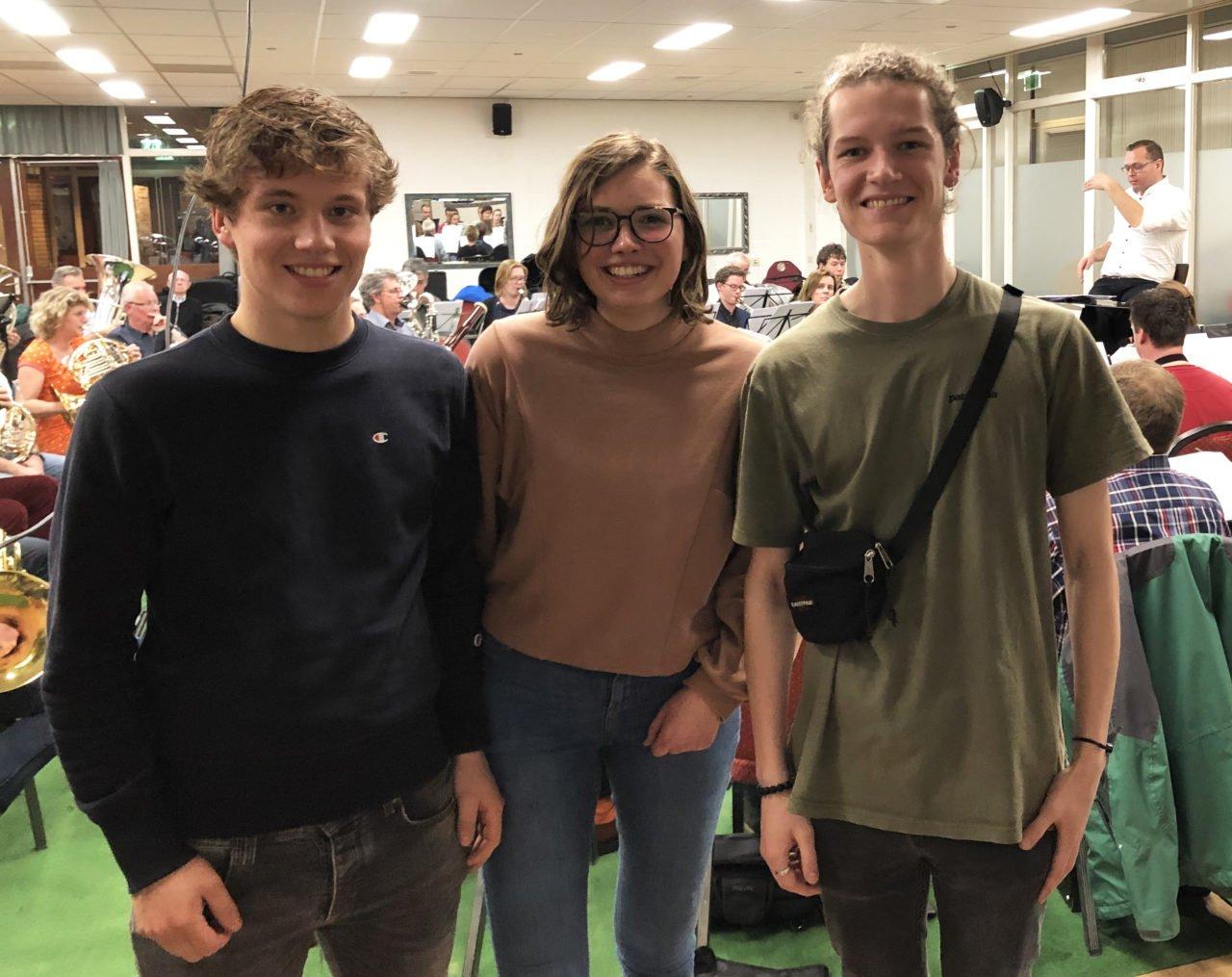 Maurits, Bruni en Jasper bij repetitie Philips Harmonie