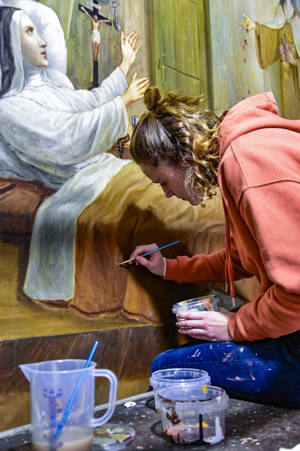 Student Decoratie- en restauratieschilder aan het werk